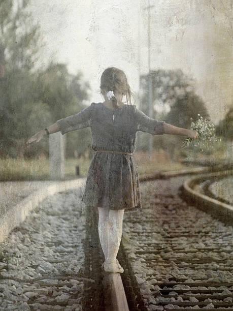 Petite fille de marche sur les pistes - Photo