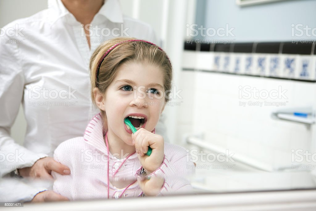 little girl washing her teeth foto stock royalty-free
