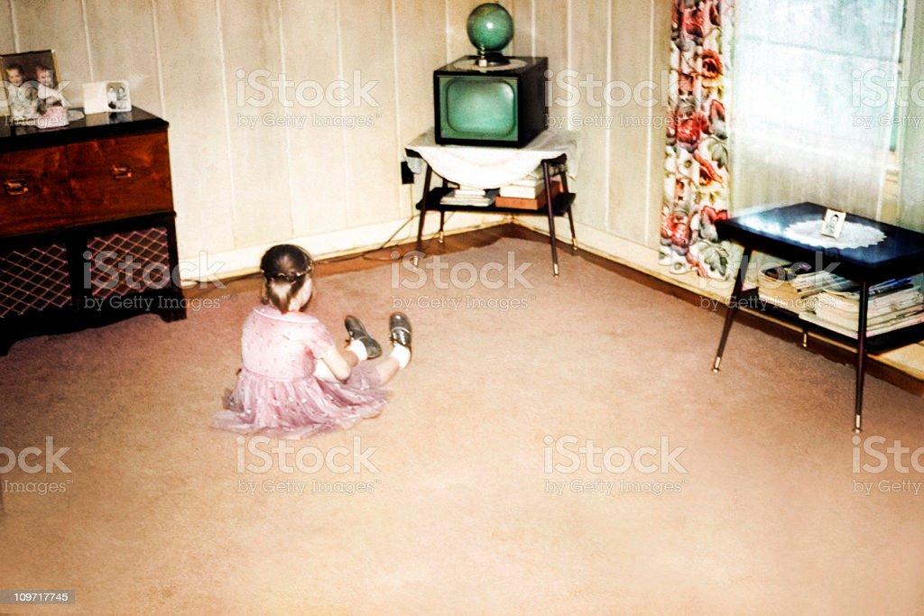 Kleines Mädchen vor dem ersten Fernseher, Retro-Vintage-Stil – Foto