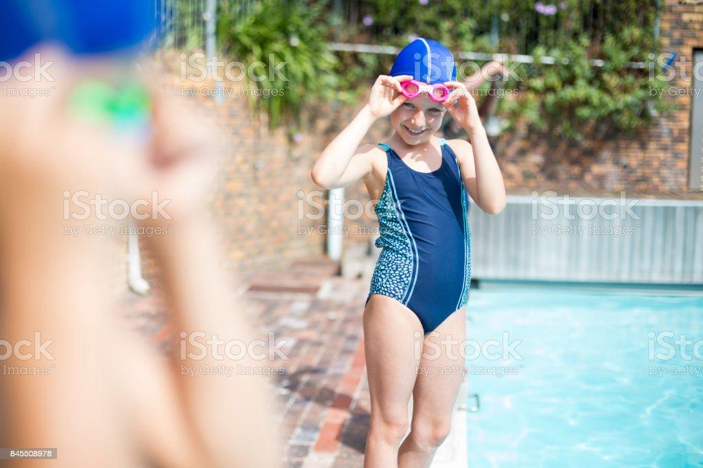 b6ebb86eacd03 Kleine Mädchen tragen schwimmen Goggle am Pool Lizenzfreies stock-foto