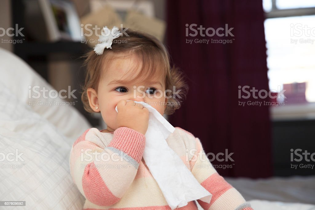 Little girl wiping her nose – Foto