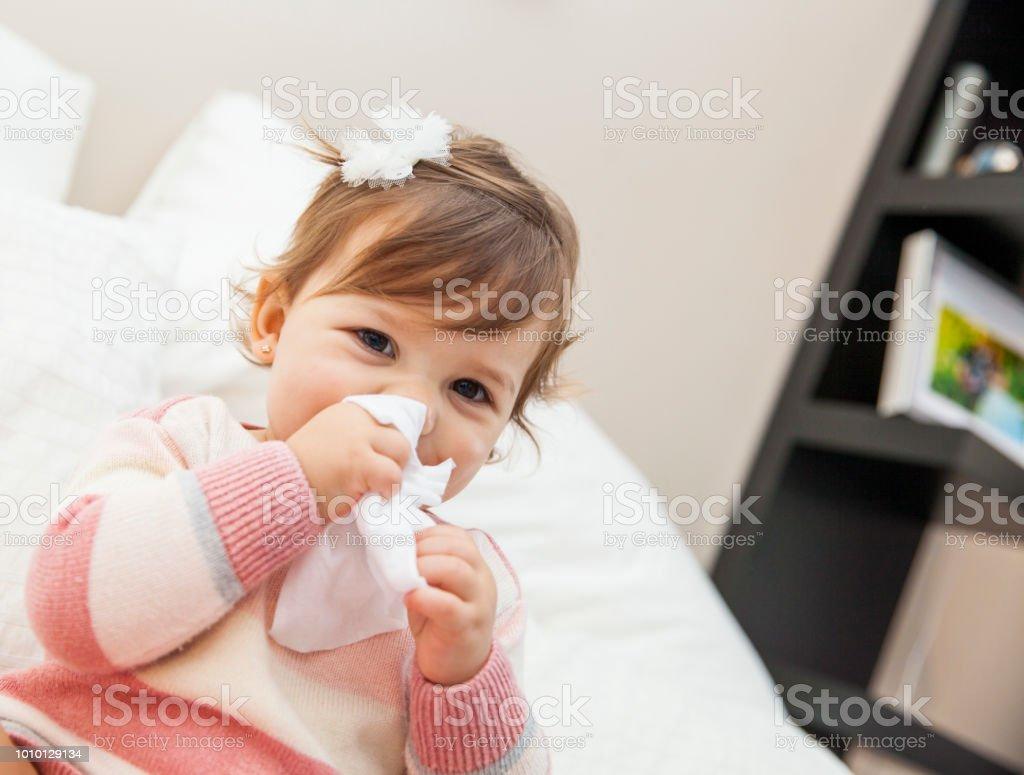 Kleines Mädchen wischte sich die Nase mit einem Taschentuch – Foto