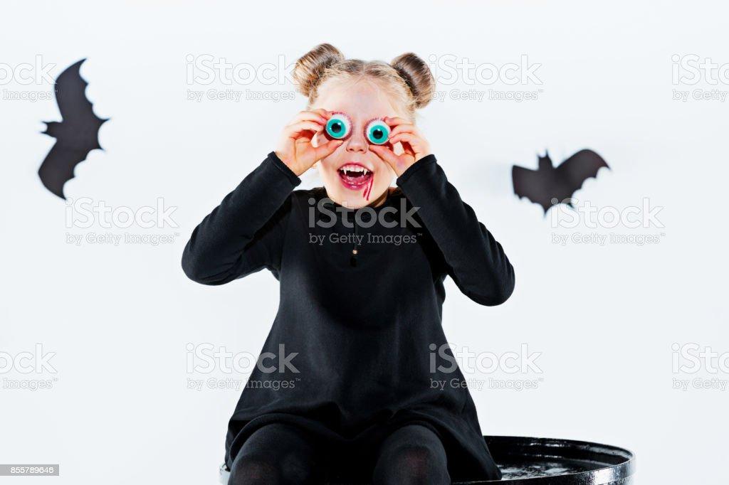 Bruja Niña En Vestido Negro Sobre Accesorios Mágicos