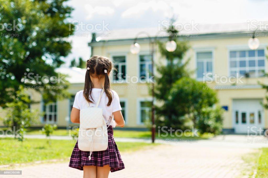 작은 소녀 학교에가 배낭. 후면 모습 스톡 사진