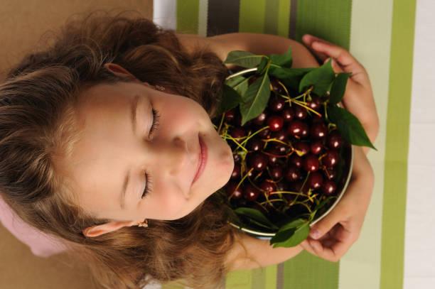 Petite fille avec une cerise 3. - Photo