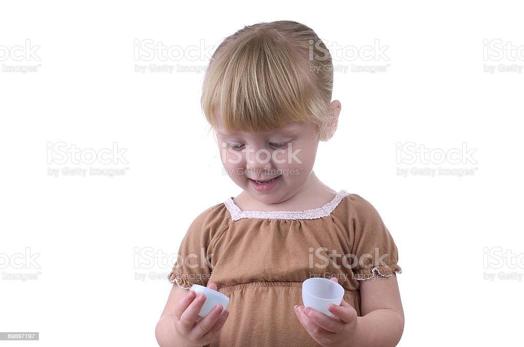 Маленькая девочка с Пасхальное яйцо Стоковые фото Стоковая фотография