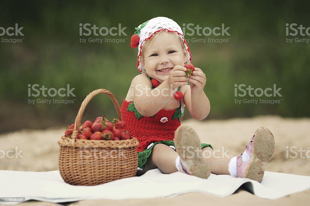 소녀만 및 딸기 바구니 전체 royalty-free 스톡 사진