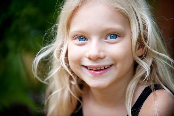 petite fille avec grands yeux bleus et cheveux blonds - yeux bleus photos et images de collection