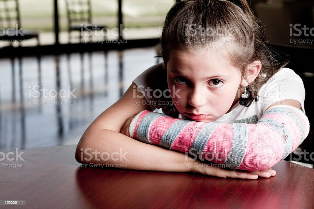 Niña con brazo fracturado - foto de stock