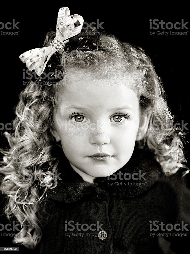 Маленькая девочка с завитками и бантом Стоковые фото Стоковая фотография