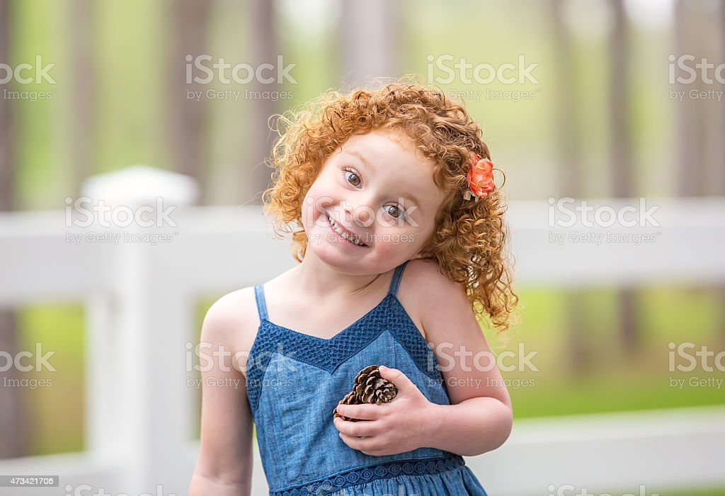 Awesome Little Girl With Curly Red Hair Holding Pinecones Stockfoto En Schematic Wiring Diagrams Phreekkolirunnerswayorg