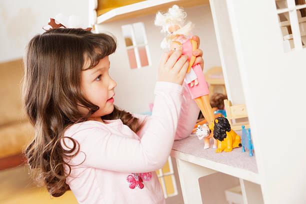 little girl with dollhouse - 公仔 個照片及圖片檔