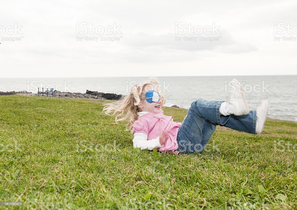 Kleines Mädchen Spaß mit Augenklappe – Foto
