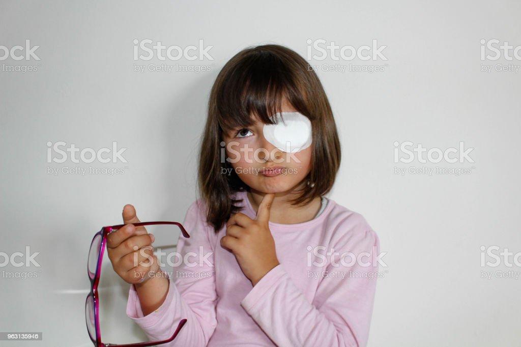 Kleines Mädchen mit Augenklappe – Foto