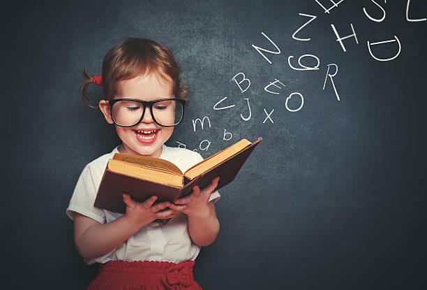 少女、サングラス読書は、ご出発の文字 ストックフォト