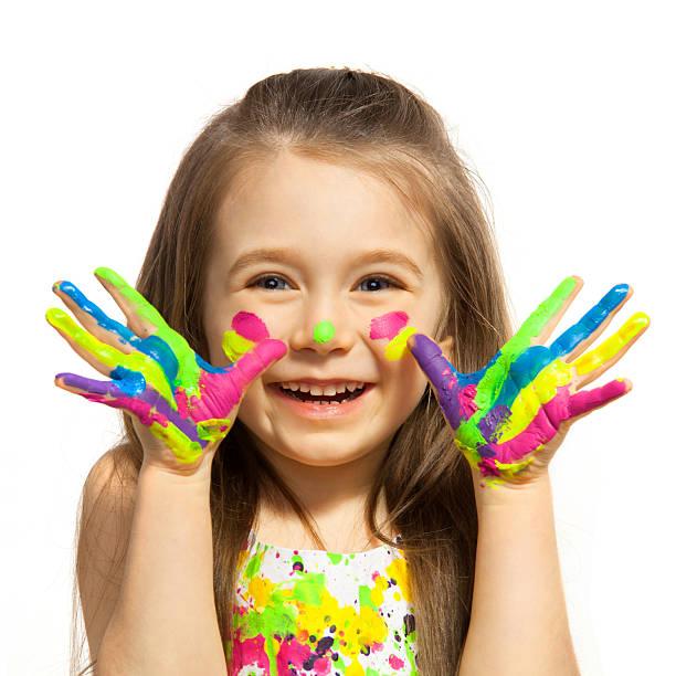 kleines mädchen mit händen in bunten farben lackiert - kinderfarben stock-fotos und bilder