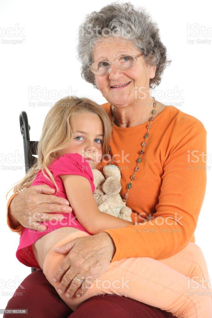 Petite fille avec son doudou fait un câlins avec sa grand-mère - Photo de Amour libre de droits