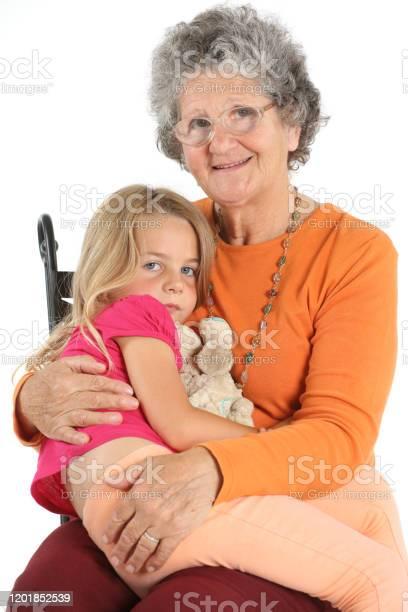 Photo libre de droit de Petite Fille Avec Son Doudou Fait Un Câlins Avec Sa Grandmère banque d'images et plus d'images libres de droit de Amour