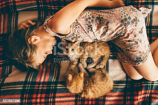 istock Little girl with kittens 537697396