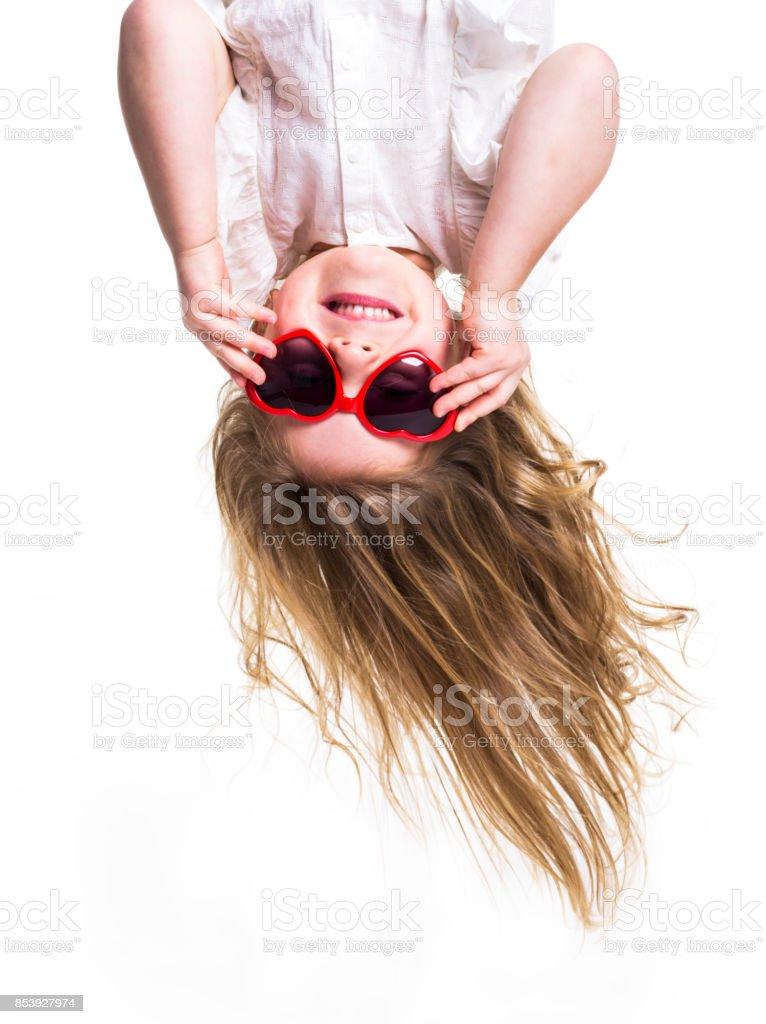 Una niña con gafas el amor boca abajo - foto de stock
