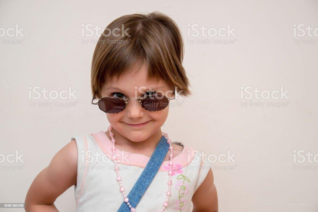 a4df1d299d Petite fille avec des lunettes de soleil oversize photo libre de droits