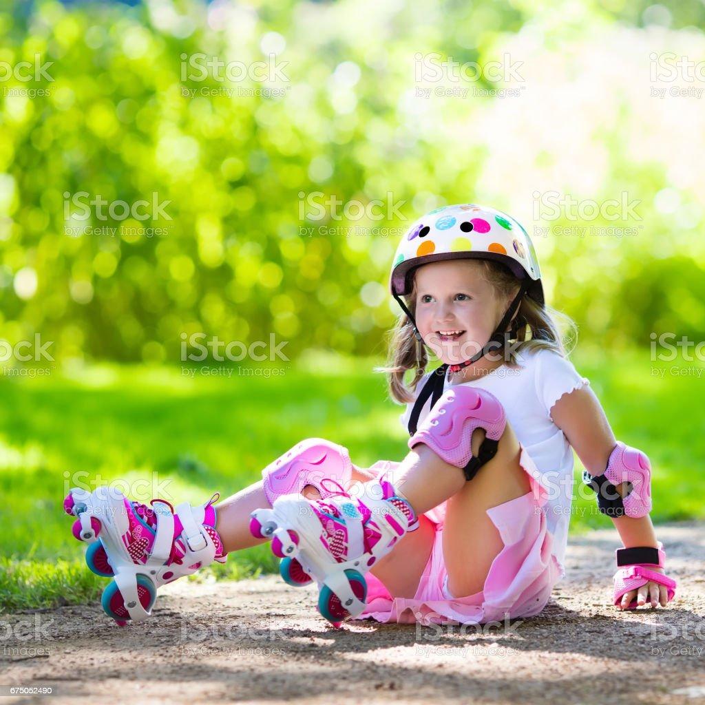 Little girl with roller skate shoes in a park - foto de acervo