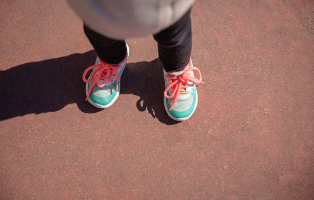 Kleines Mädchen mit Sneakern und leggins training im Freien – Foto