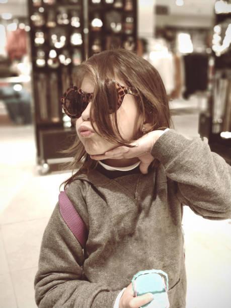 Menina com óculos de sol - foto de acervo