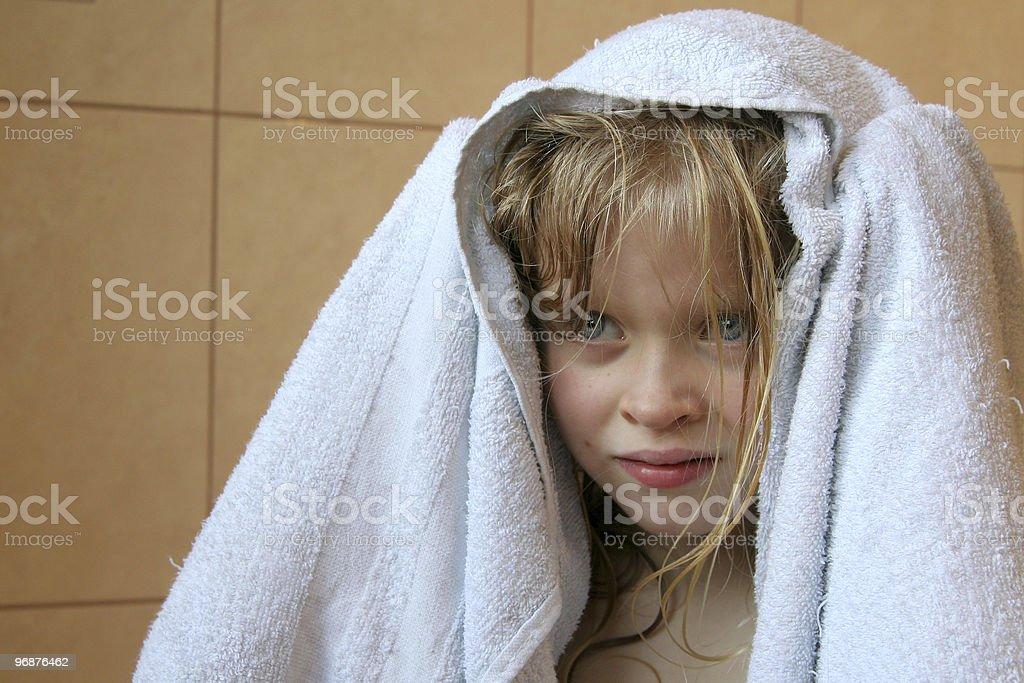 Kleines Mädchen mit Handtuch Lizenzfreies stock-foto
