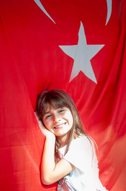 Kleines Mädchen mit türkischer Flagge – Foto