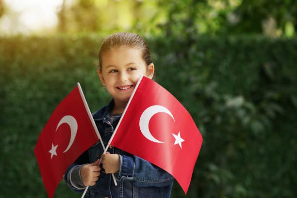 meisje met turkse vlaggen - alleen één meisje stockfoto's en -beelden