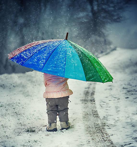 kleines mädchen mit regenschirm - kinder winterstiefel stock-fotos und bilder
