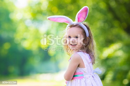 istock Little girl with white board for Easter greetings 509493294