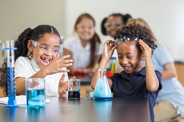 mädchen lachen während der macht der wissenschaft experimentieren mit parlamentarischer bestuhlung - versuche nicht zu lachen stock-fotos und bilder