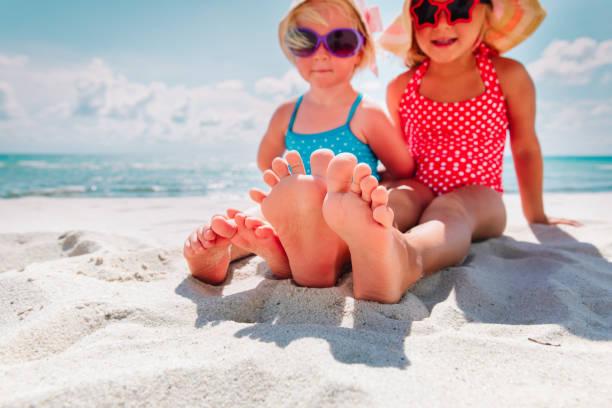 kleine Mädchen spielen mit Sand im Strandurlaub – Foto