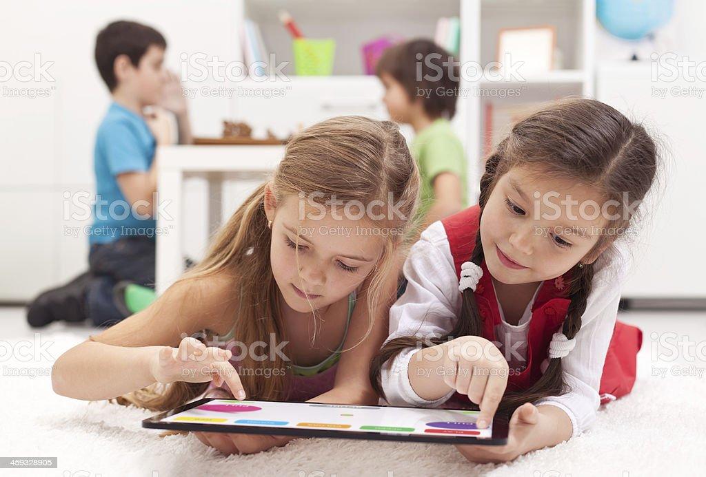 Kleine Mädchen spielen auf einem tablet-Computer-Gerät – Foto