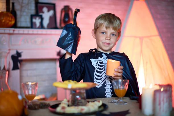 kleinen gäste der halloween-party - piratenzimmer themen stock-fotos und bilder