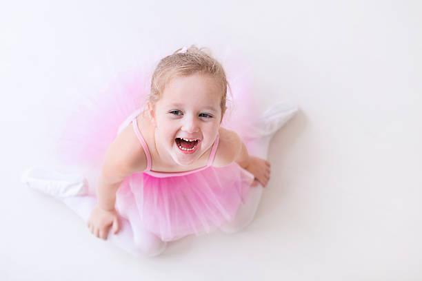 glückliche kleine ballerina in rosa ballettröckchen - prinzessinnen tutu stock-fotos und bilder