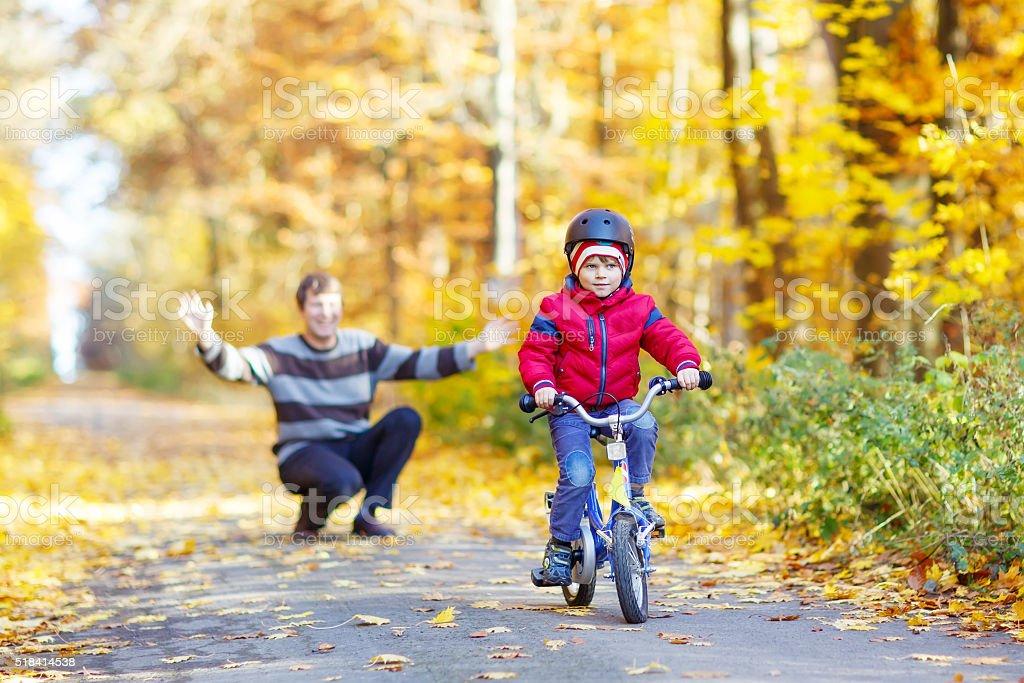 Kleines Kind junge und Vater mit Fahrrad im Herbst Wald – Foto