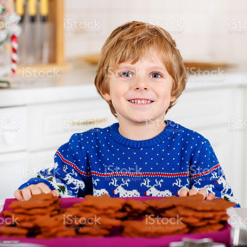 Pequena criança Menino bicarbonato de natal em casa de cookies foto de stock royalty-free