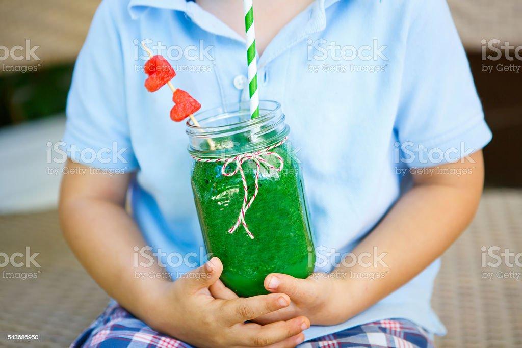 Little Kid boy drinking healthy fruit smoothie – Foto