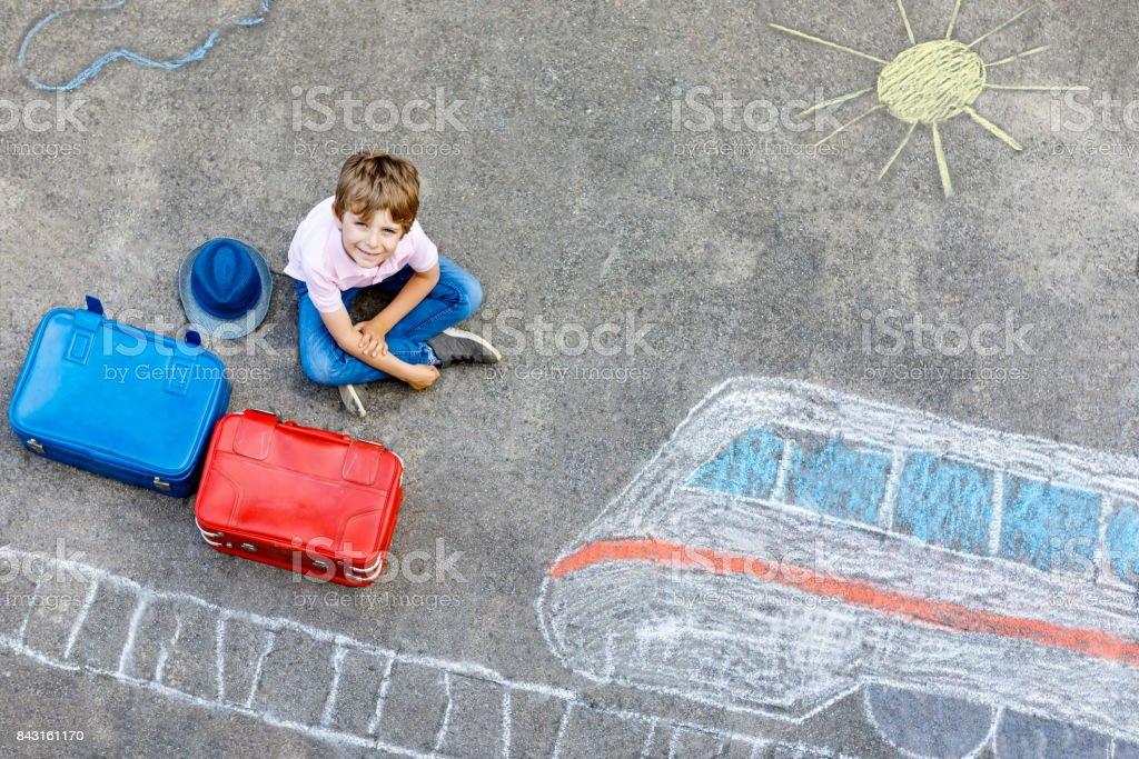 Wenig Kind junge Spaß mit Schnellzug Bild Zeichnung mit bunter Kreide auf Asphalt. – Foto