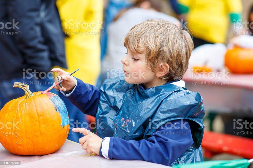 Kleines Kind junge Malen mit Farben auf Kürbis – Foto