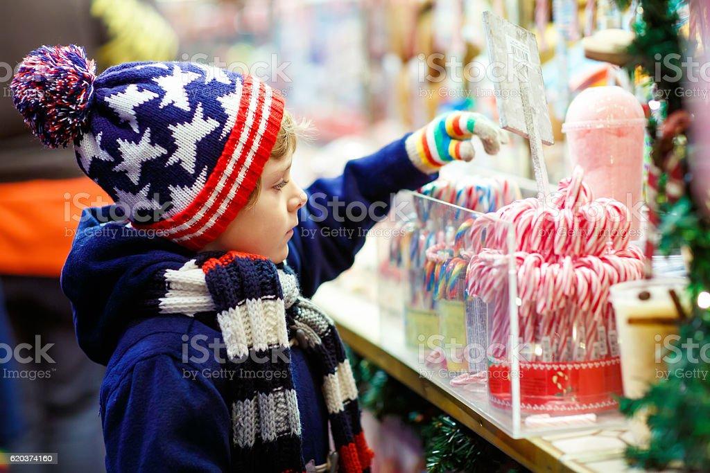 Pequena criança com Bengala suporte no mercado de Natal foto de stock royalty-free
