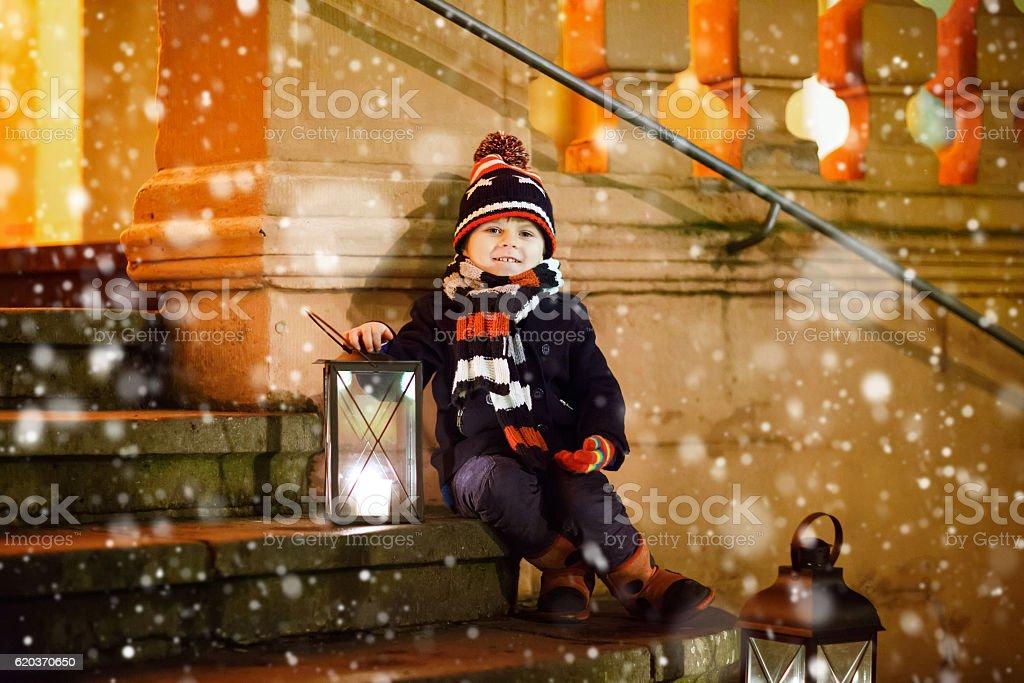 Małe dziecko chłopiec z Boże Narodzenie Lampion w pobliżu kościoła zbiór zdjęć royalty-free