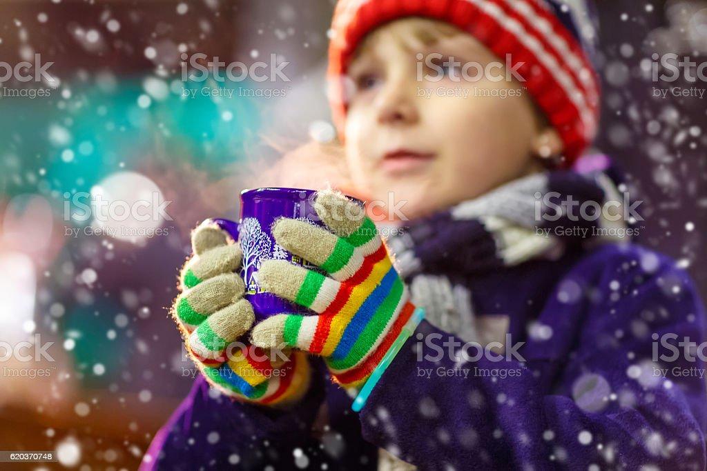 Pequena criança com chocolate quente no mercado de Natal foto de stock royalty-free