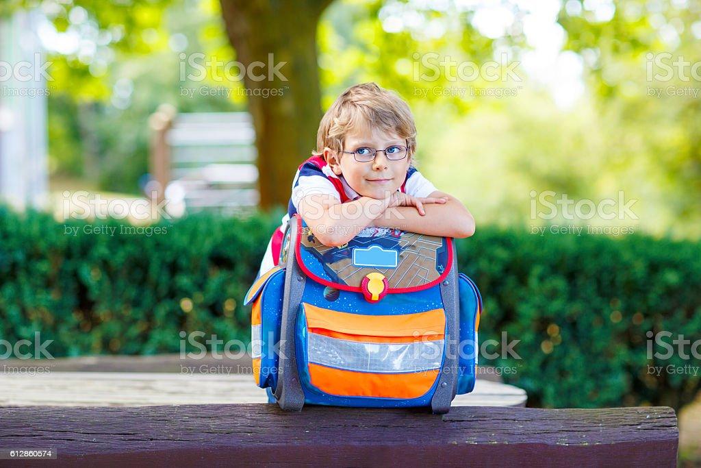 little kid boy with school satchel, first day to school - Lizenzfrei Bildung Stock-Foto