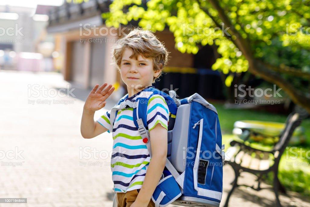 kleine Kind Junge mit Schulranzen Schule am ersten Tag zur Schule – Foto