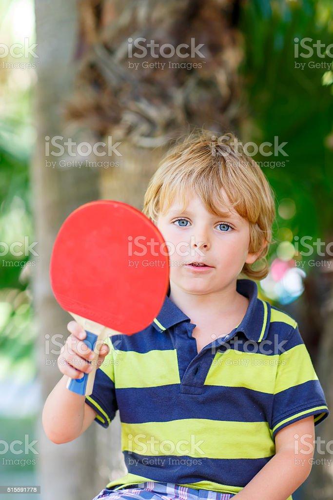 f871f4f3b6978 Petit enfant garçon avec raquettes de tennis de Tableau photo libre de  droits