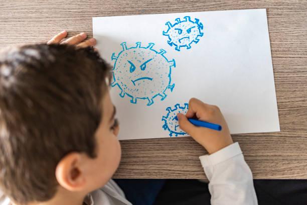 코로나 바이러스를 그리는 작은 아이 - 팬데믹 질병 뉴스 사진 이미지